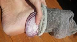 Что произойдет, если вы положите лук в носки перед сном