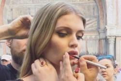 Племянница принцессы Дианы Китти Спенсер показывает одежду для Dolce Gabbana